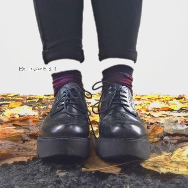 scarpe e foglie